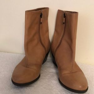 B Makowsky size 7.5 tan colored ankle boots.